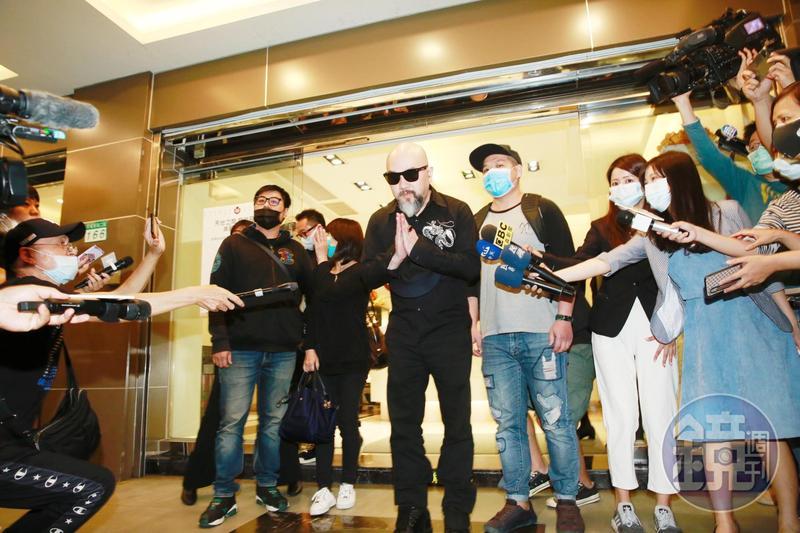 辛龍離開劉真靈堂時脫帽雙手合十,向媒體致意。