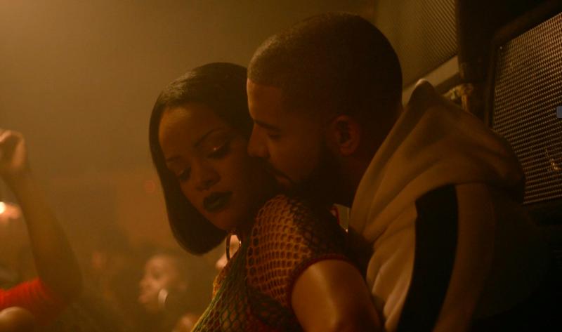 蕾哈娜(左)跟德瑞克在2016年一起合作,爆出緋聞,現在又被網友抓到在別人直播隔空調情。(翻攝自Rihanna官方推特)