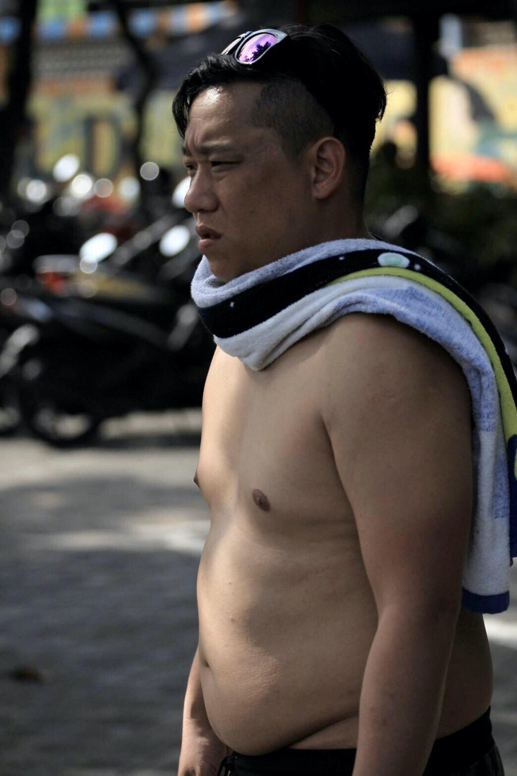 減重前的阿龐無法彎下腰綁鞋帶,肚子會卡住。(RIZAP提供)