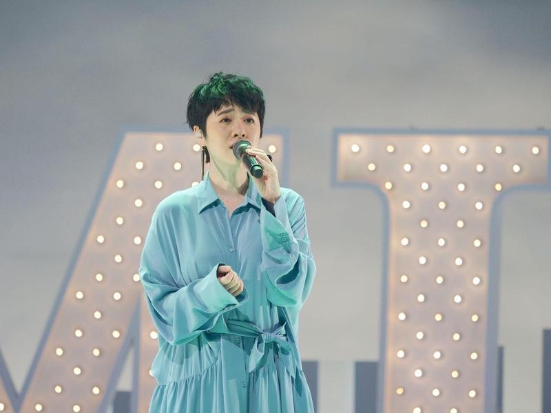 創作女歌手岑寧兒Yoyo日前參加公視節目《音樂萬萬歲 4》錄影,在節目中分享自己從合聲到現在挑大樑的辛酸。(公視提供)