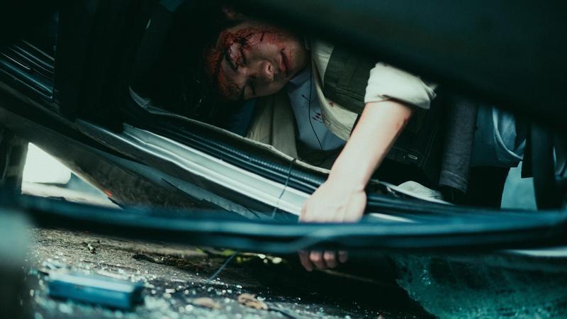 許光漢在《想見你》第7集,因車禍穿越時空。(三鳳製作與福斯傳媒提供)