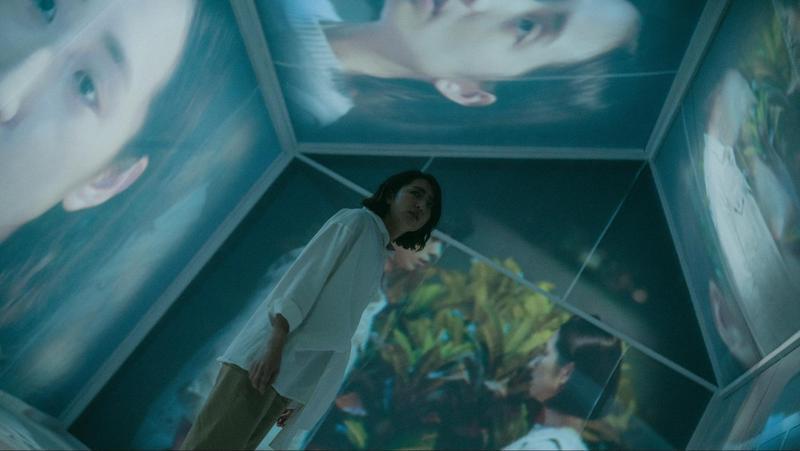 為呈現《想見你》中的心房,美術執導曾提出幾種方案,最終決定以白色布幕搭配靜態照片與動態投影。(三鳳製作與福斯傳媒提供)