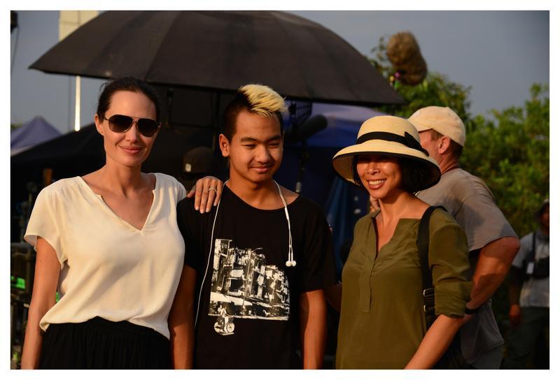 2017年安潔莉娜裘莉(左起)、麥鐸、作者Loung Ung在《他們先殺了我父親:柬埔寨女孩的回憶》拍攝現場。 (Netflix提供)