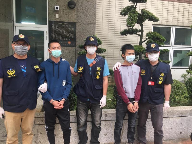 海巡署將逃跑的越南偷渡客送回拘留所。(海巡署提供)