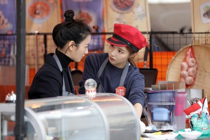 申世景(右)與普美前年為《無國界的大排檔》赴海外拍攝。(網路圖片)