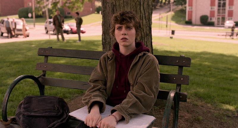 蘇菲亞莉莉絲飾演希妮,住在無聊小鎮上、單親家庭的高中生。(Netflix提供)