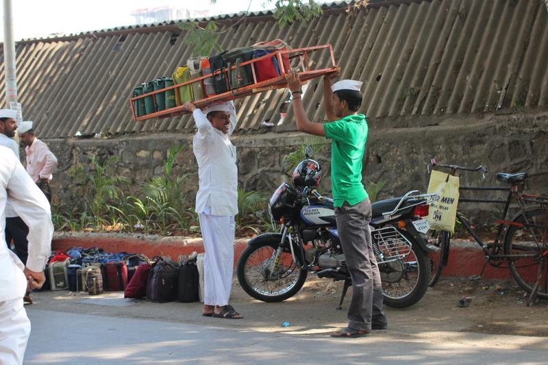 印度封鎖令實施的前幾天,警方也阻撓外送平台的外送員送貨。圖為孟買的午餐餐盒外送員。(東方IC)