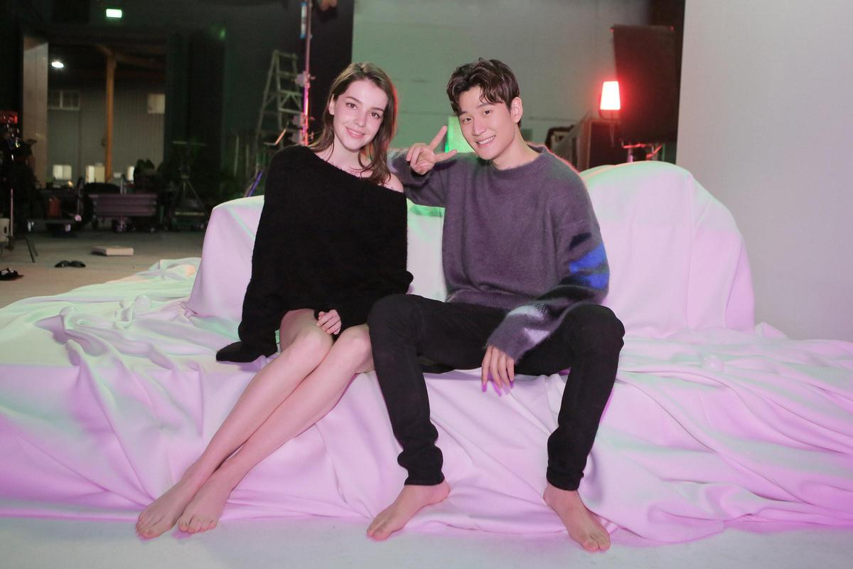 周興哲新歌〈Me and You〉MV,請出19歲俄羅斯女模入鏡。(星空飛騰提供)