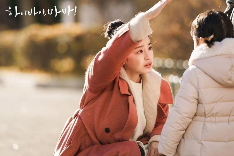 金泰希在《哈囉掰掰,我是鬼媽媽》飾演鬼齡5年的鬼媽媽,因放心不下女兒遲遲不肯投胎。(翻攝自tvN官網)