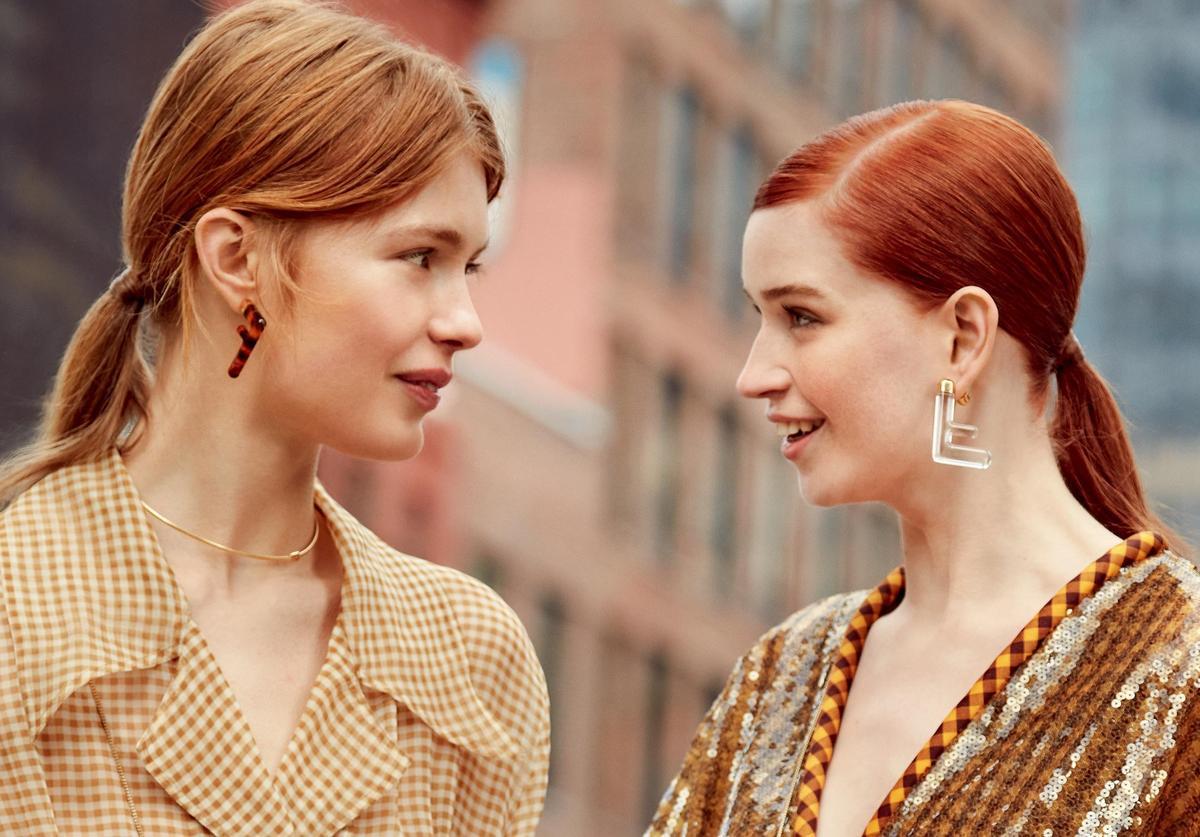 FF Earrings耳環飾品在棕色、黃色、綠色和透明的塑膠玻璃材質上,呈現出玳瑁色紋路的效果。