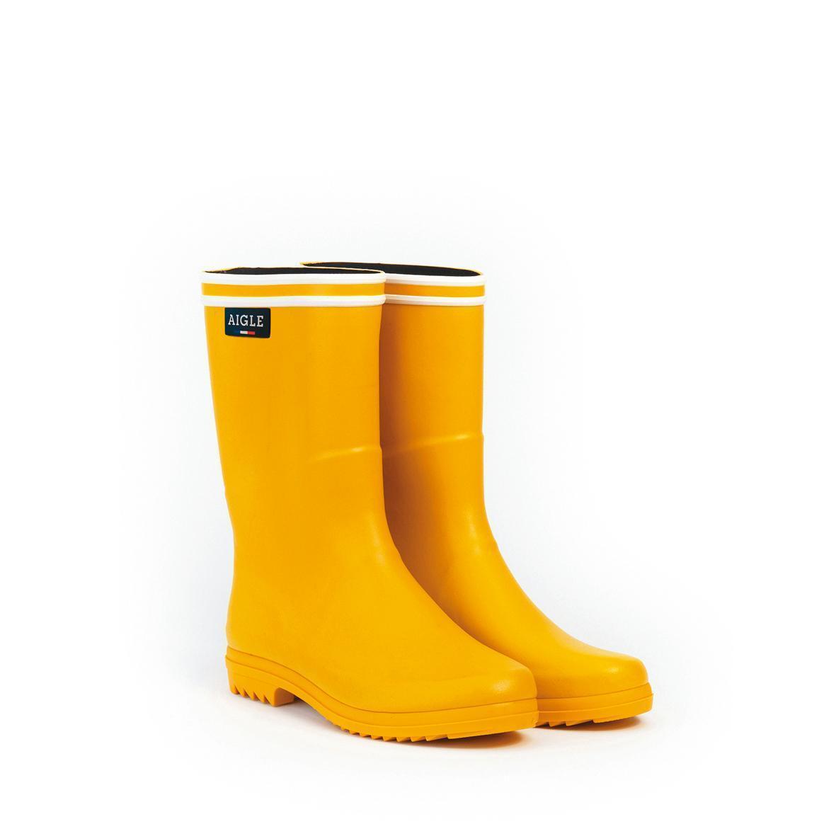 黃色女款休閒中筒膠靴。NT$5,500