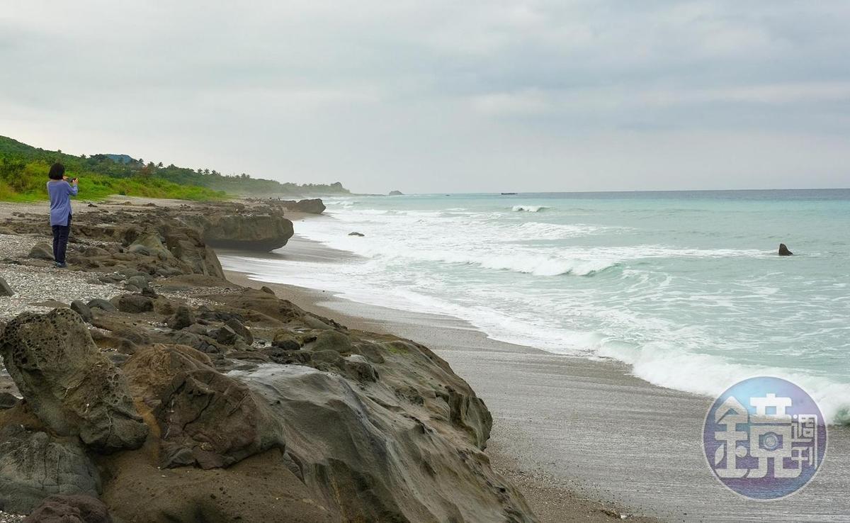 黑色嶙峋的樟原海岸,藏身在部落海邊。