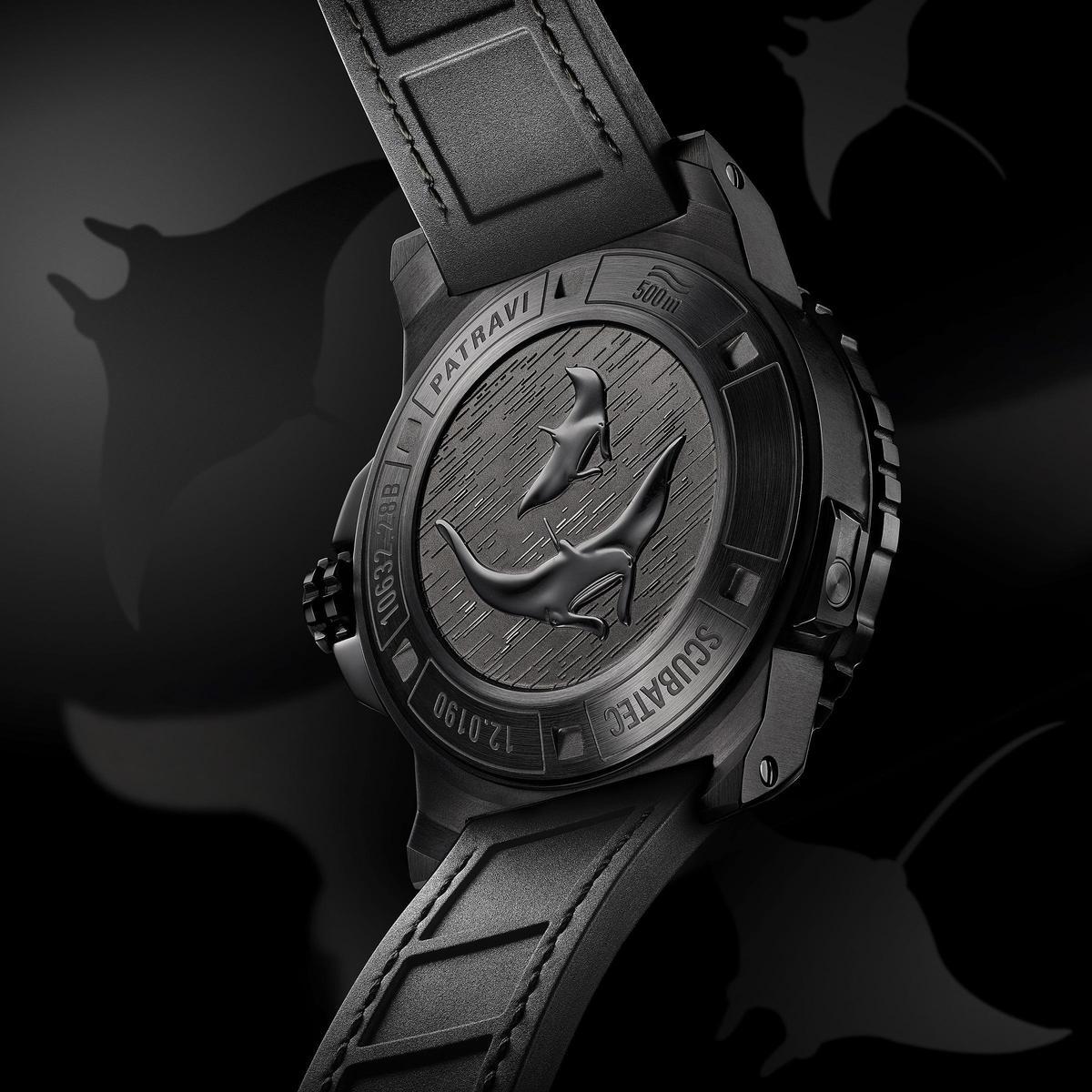 寶齊萊新款的柏拉維深潛腕錶碳黑版在後底蓋裝飾了魔鬼魚圖樣,此設計承襲自去年推出的黑魔鬼魚特別版。