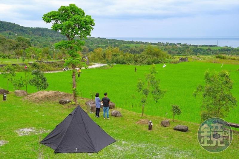 「真柄禾多露營區」放眼望去是綠色稻田和藍色大海。