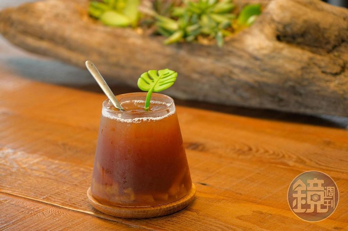 以台東醃鳳梨製作成沁涼好喝的「鳳梨冰茶」。(100元/杯)