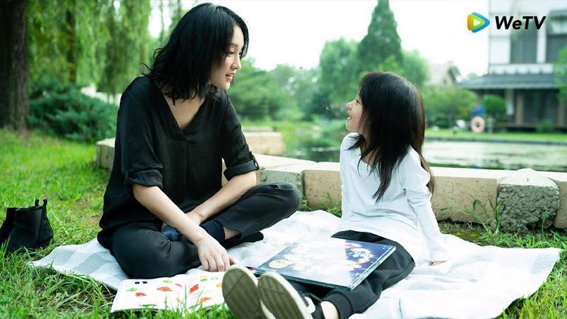 周迅在《不完美的她》飾演從小被父母拋棄的林緒之,喪失自己被收養前的記憶,卻千方百計想找到自己生母。(WeTV提供)