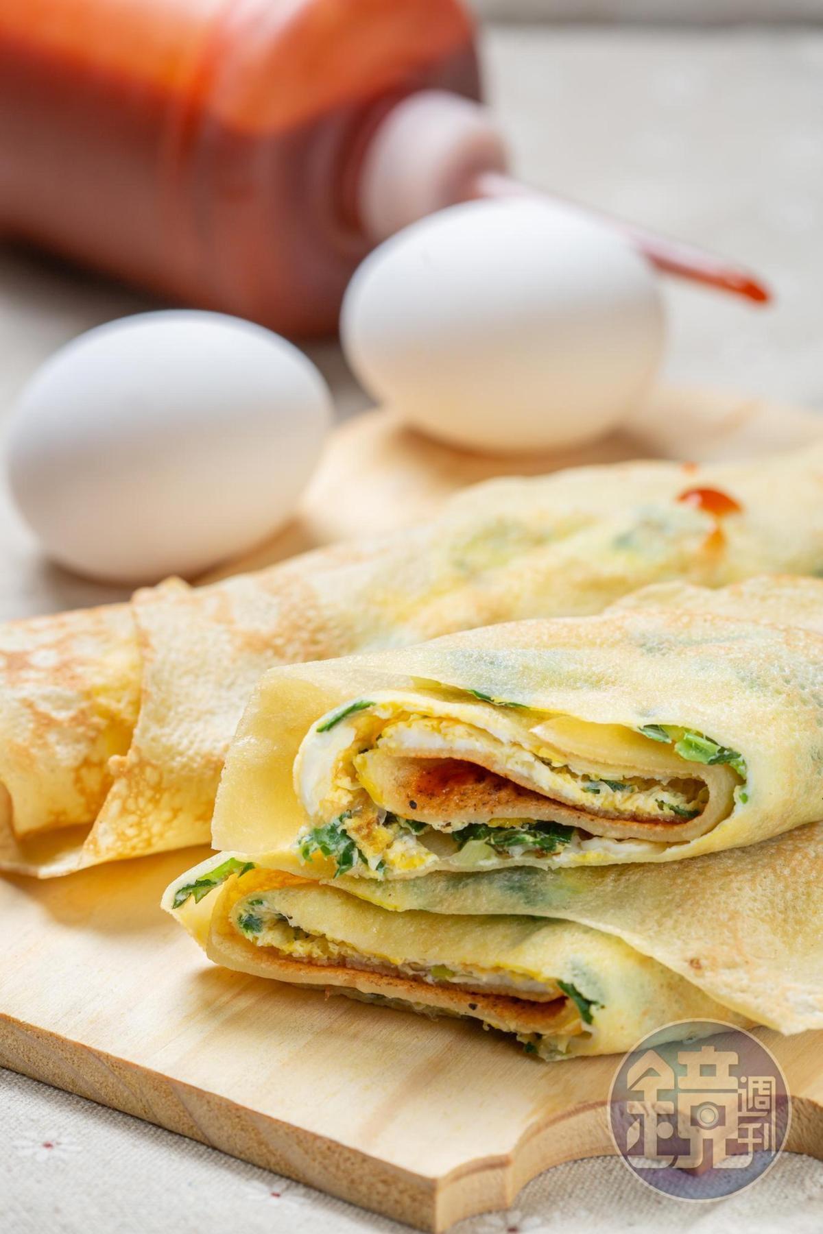「蛋餅」相較一般口感,偏軟、帶一點Q度,適量的特製甜辣醬能提出雞蛋和粉蔥的香氣。(45元/份)