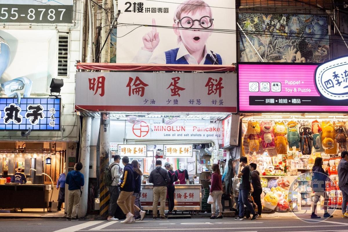 創立於1978年的「明倫蛋餅」,最早是在彰化明倫國中的西側擺攤,8年前第二代在逢甲夜市開設第一間分店。