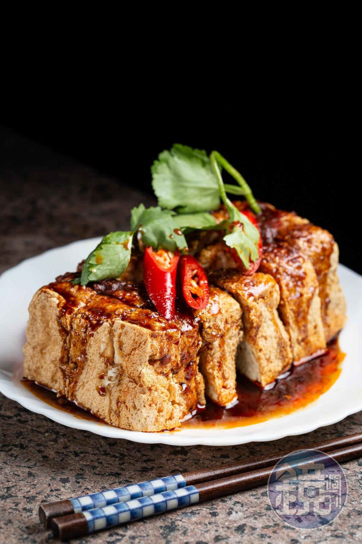 「臭豆腐」外皮酥脆、裡頭柔嫩,特調醬滋味甜鹹涮嘴,加點朝天椒辣油,香氣破表。(70元/份)