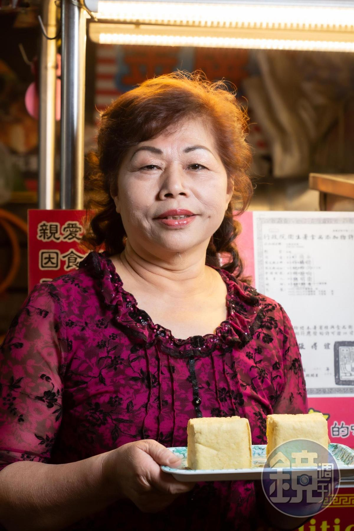 「金牌巨無霸香酥臭豆腐」老闆娘施聖英,特別訂製尺寸是一般2到3倍大的臭豆腐。