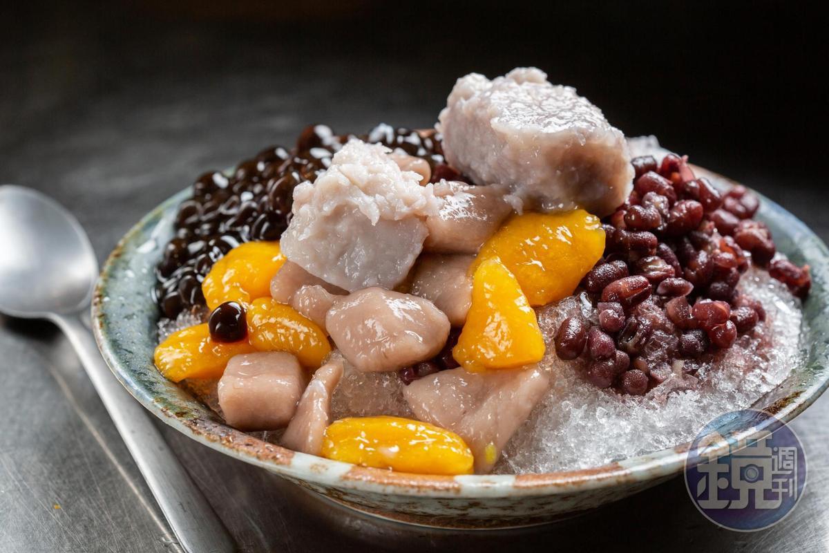 「芋圓綜合冰」吃得到軟Q的地瓜、芋頭圓,甜而不膩的粉圓和紅豆,鬆綿香甜的蜜芋頭,整碗吃完也不覺得甜膩。(50元/份)