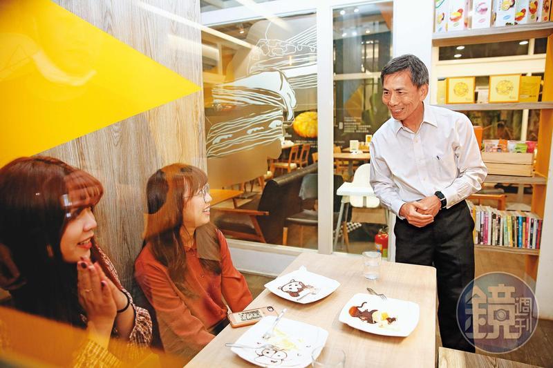 廖憲平(右)認為除了網路通路,開設實體店面才能直接面對消費者,更了解他們的想法。