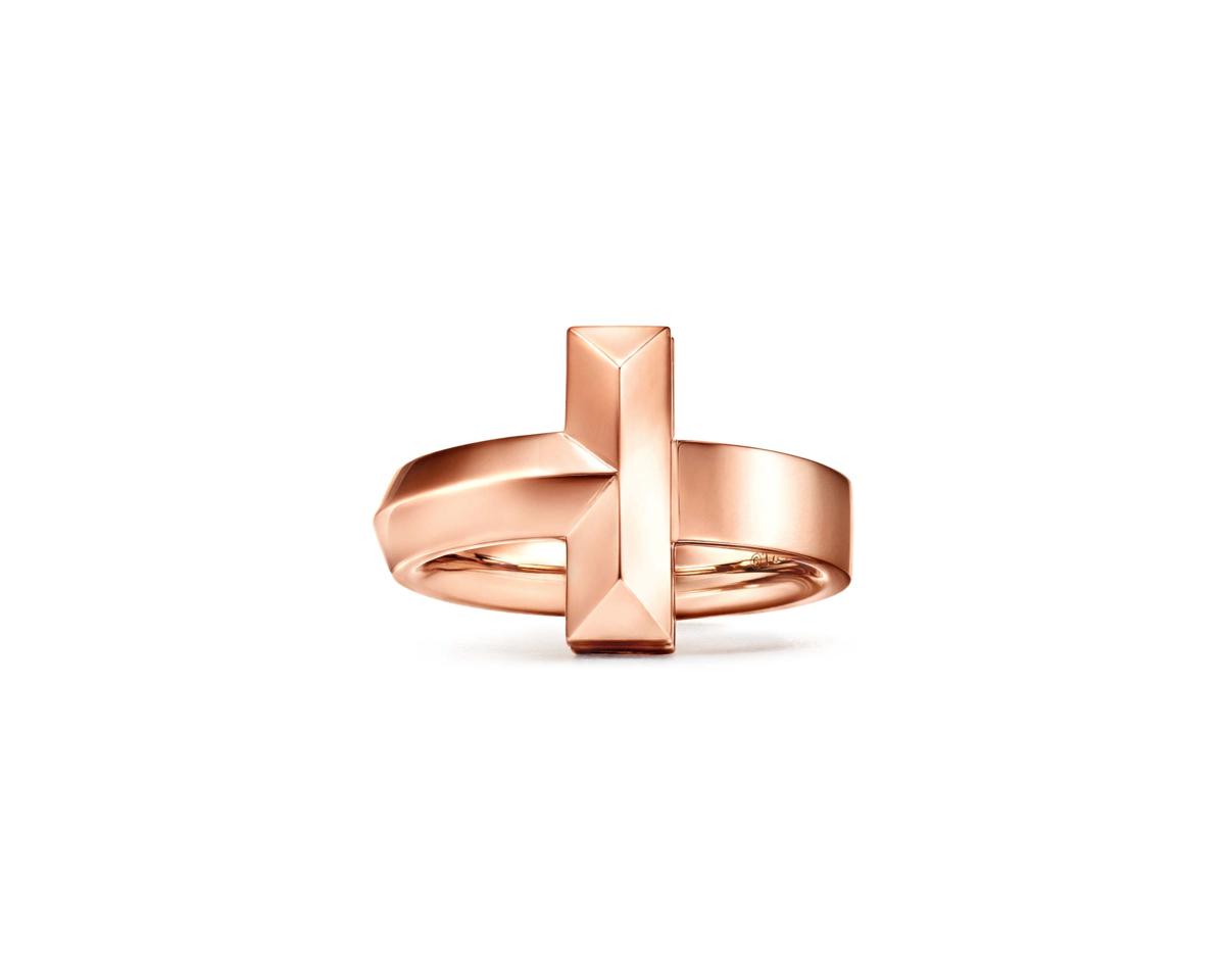 Tiffany T1 18K玫瑰金寬版戒指。NT$67,000(Tiffany & Co. 提供)