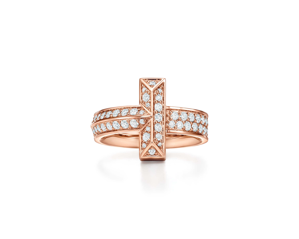 Tiffany T1 18K玫瑰金寬版鋪鑲鑽石戒指。NT$177,000(Tiffany & Co. 提供)
