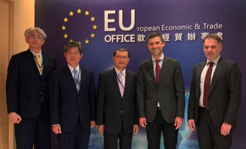 歐盟駐台代表高哲夫(右二)透過推特感謝台灣。(翻攝自推特)
