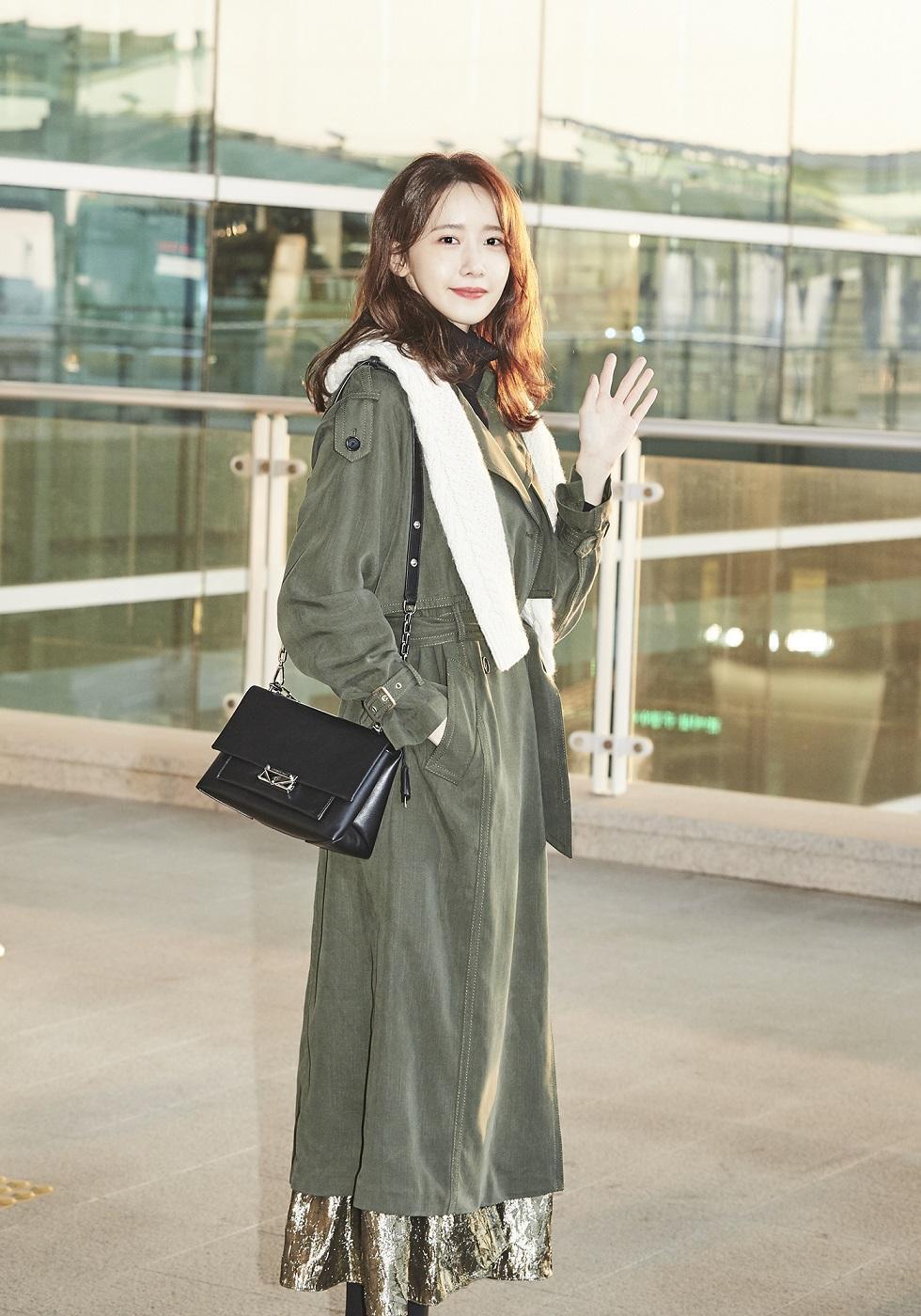 潤娥肩背CECE包現身韓國機場。(MICHAEL KORS提供)