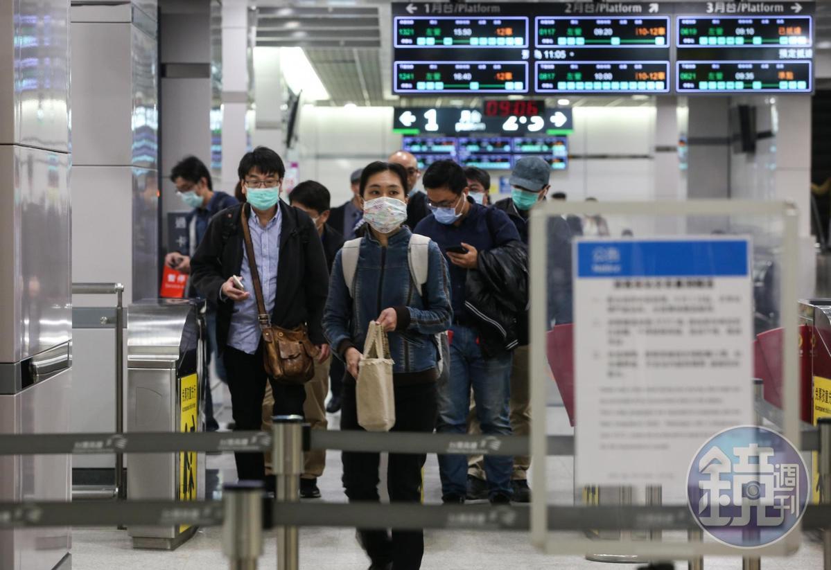 今(4日)起搭乘高鐵時若不配合佩戴口罩者,將依傳染病防治法裁罰。