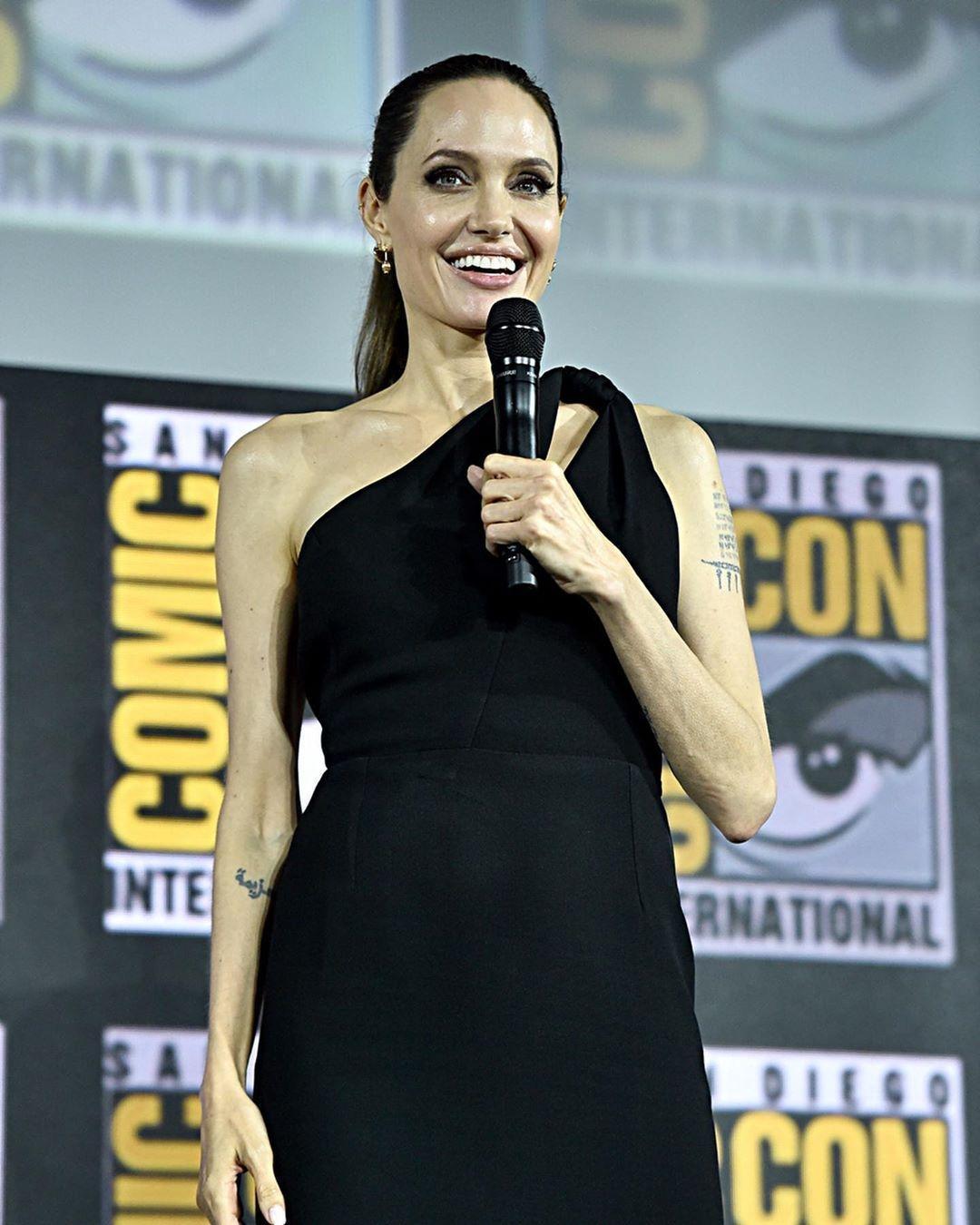 安潔莉娜裘莉首度入主漫威電影宇宙,其主演的《永恆族》卻因疫情將延後到明年11月才能和大家見面。(迪士尼提供)