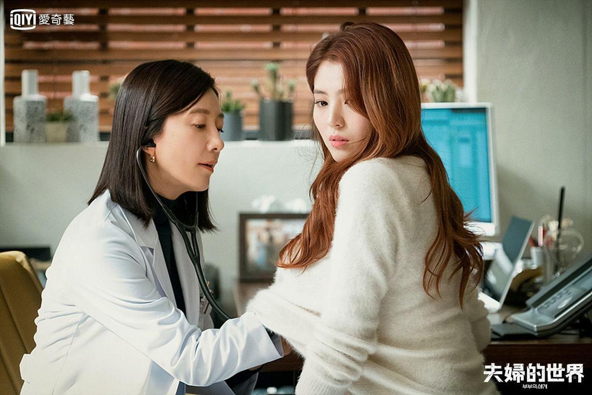 小三韓素希到醫院掛號,讓大老婆金喜愛知道她懷孕的事實。(愛奇藝台灣站提供)