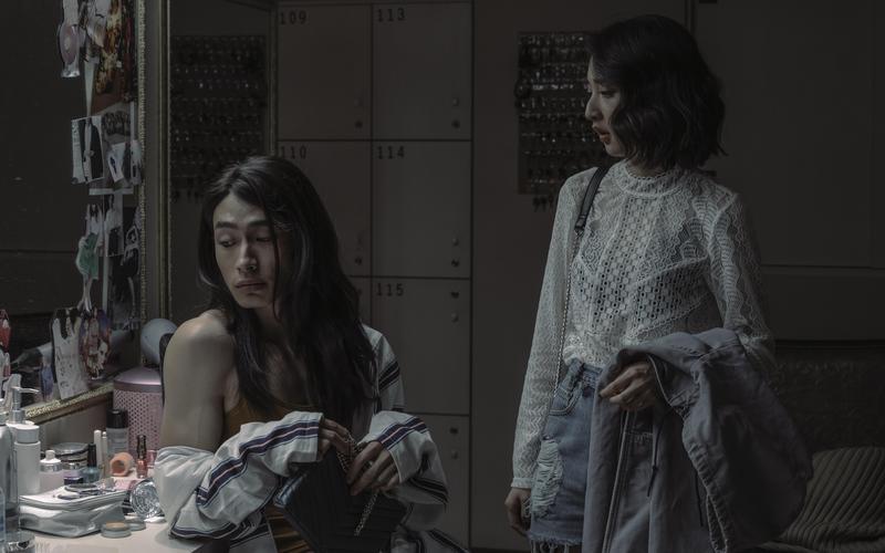 黃河(左)在《誰是被害者》挑戰跨性別角色,與李沐(右)互相扶持。(Netflix提供)