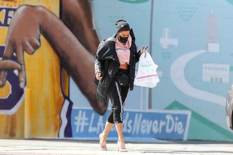 名模Nicole Murphy戴口罩現身洛杉磯街頭,洛城是全美率先發布口罩令的地區之一。(東方IC)