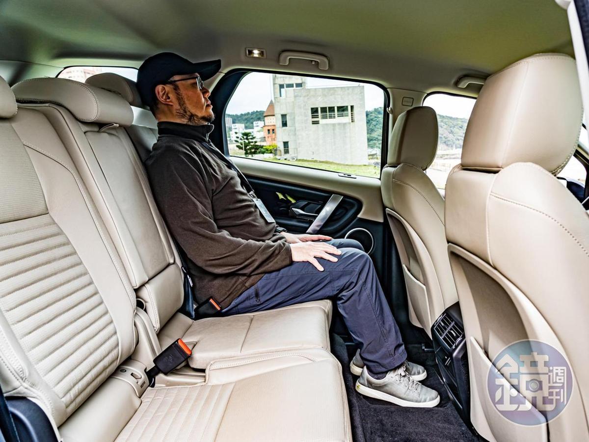 後座的膝蓋與頭頂空間都有著極佳的水準,長途行駛時肯定能讓後座的家人舒適快速的進入夢鄉。