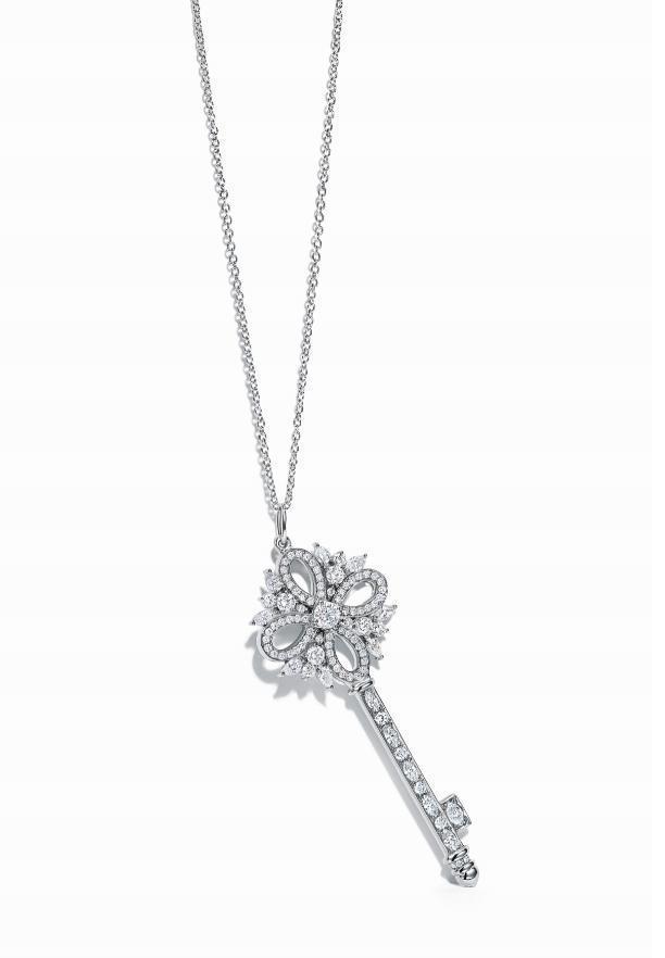 Tiffany Victoria 鉑金鑲鑽鑰匙鍊墜(中) NT$236,000(鍊墜價格,不含項鍊)