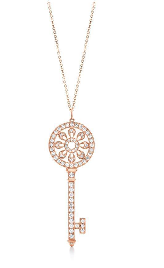 Tiffany Keys 18K玫瑰金鑲鑽花瓣形鑰匙鍊墜。NT$301,000〈不含項鍊〉