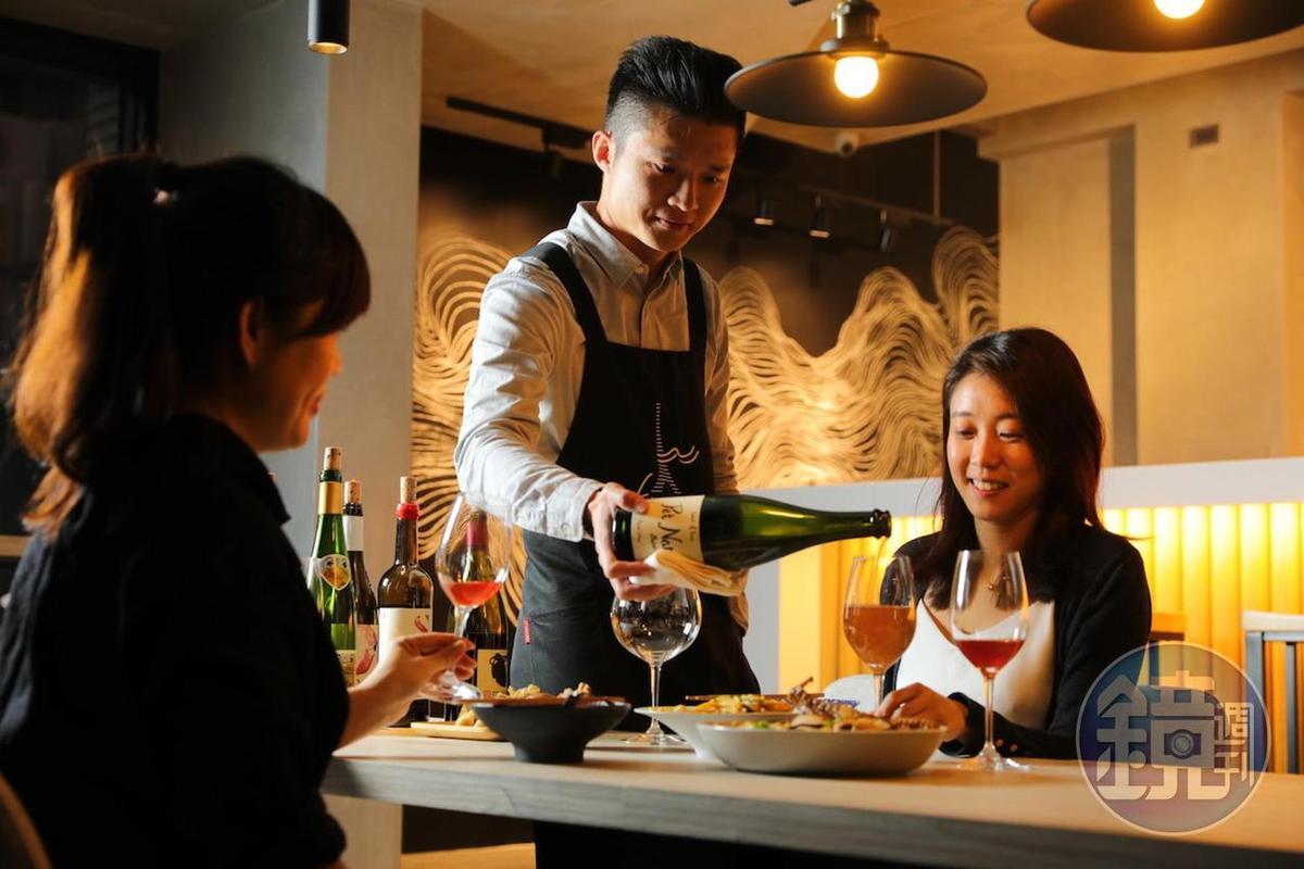 侍酒師林哲緯(Max)很友善,歡迎民眾帶外食來搭酒,只酌收清潔費。