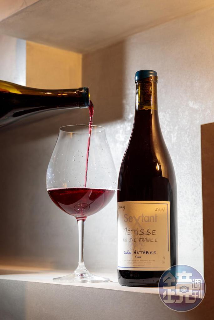 有鮮活乳酸感的「2018 Julien Altaber Sextant Metisse, Burgundy, Vin de France 」,與鹹甜料理都合拍。(1,400元/瓶)