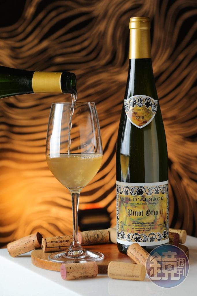「2017 Domaine Scheller et Fils Pinot Gris Reserve, Alsace, France」帶有熟透柑橘的風味和微苦,可對應麵湯裡的肉臊和蝦高湯。(1,400元/瓶)