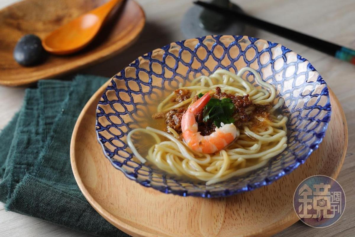 「擔仔麵」的蒜香、豬油和蝦肉和帶酸微苦的酒液很相襯。