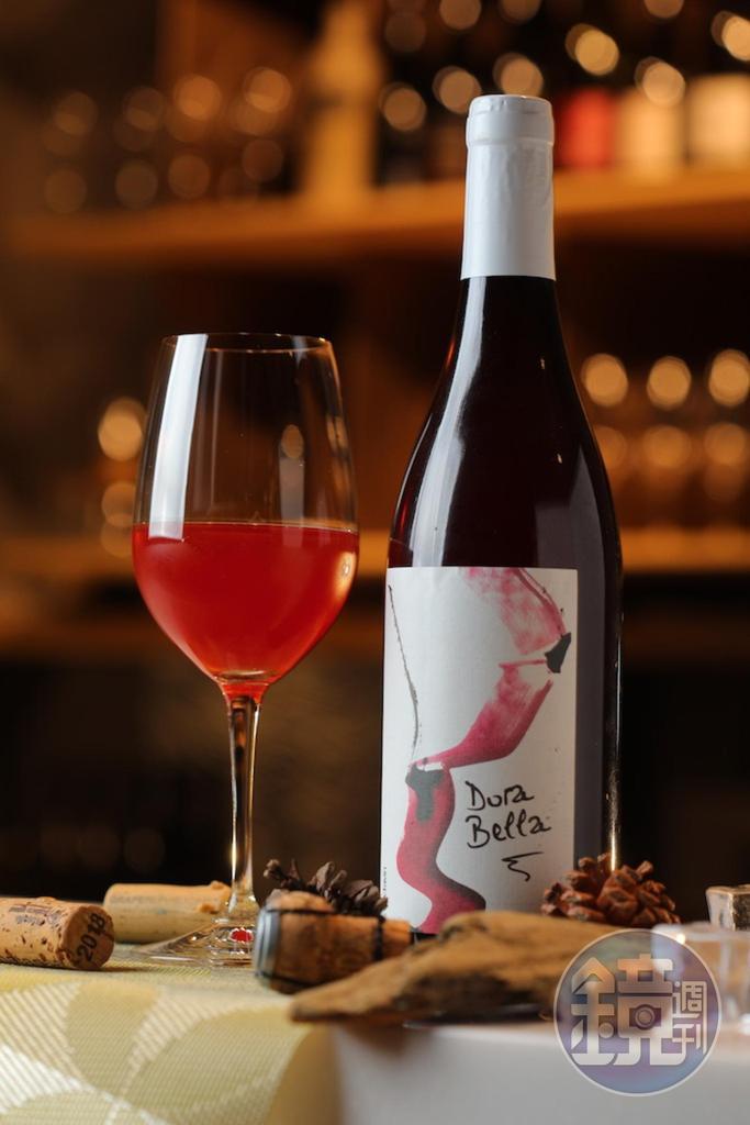帶熟成茶香的「Domaine de l'Octavin Arbois Rouge Dorabella, Jura, France 」香氣飄逸,質感澄淨鮮酸。(2,080元/瓶)