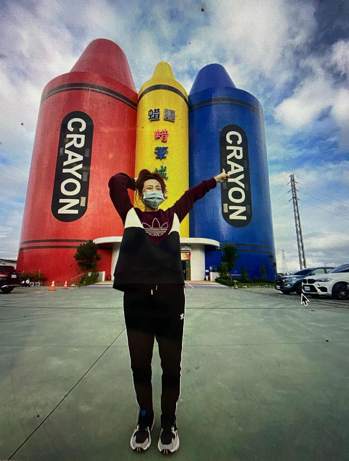 莉婭指謝和弦之前曾帶女粉絲陳寶去宜蘭遊玩,女方站在蠟筆工廠前拍照留影。(翻攝自陳寶臉書)