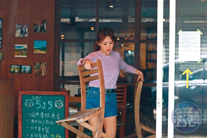 4月3日11:00,開店之後,謝忻開始忙碌的一天,搬著椅子就定位。