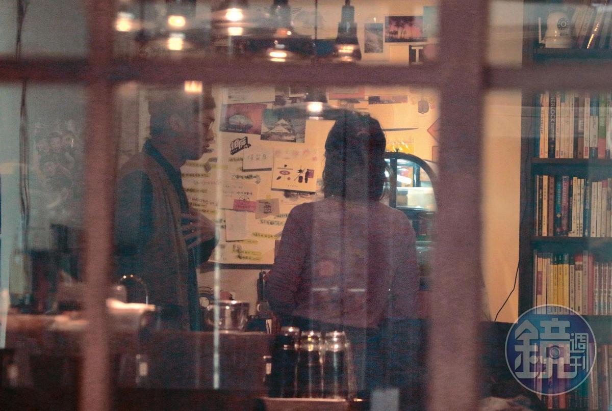 11:07,貌似店長(左)的人物出現,和謝忻交代事情。