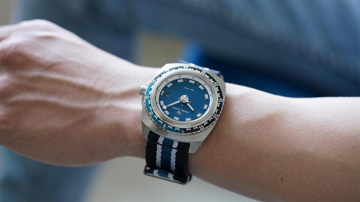 Deep Blue是域峰目前的基本款入門潛水錶,除了橡膠錶帶和皮帶之外,搭配尼龍帶也很適合日常的休閒感穿搭。建議售價NTD 69,000(橡膠錶帶款)。(攝影:游銘元)