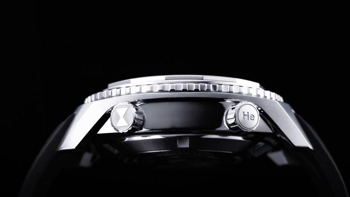 域峰在錶側多做了一道凹槽式的切工,在視覺上可以中和掉大錶徑給人的厚重感,讓錶殼看上去更有層次。