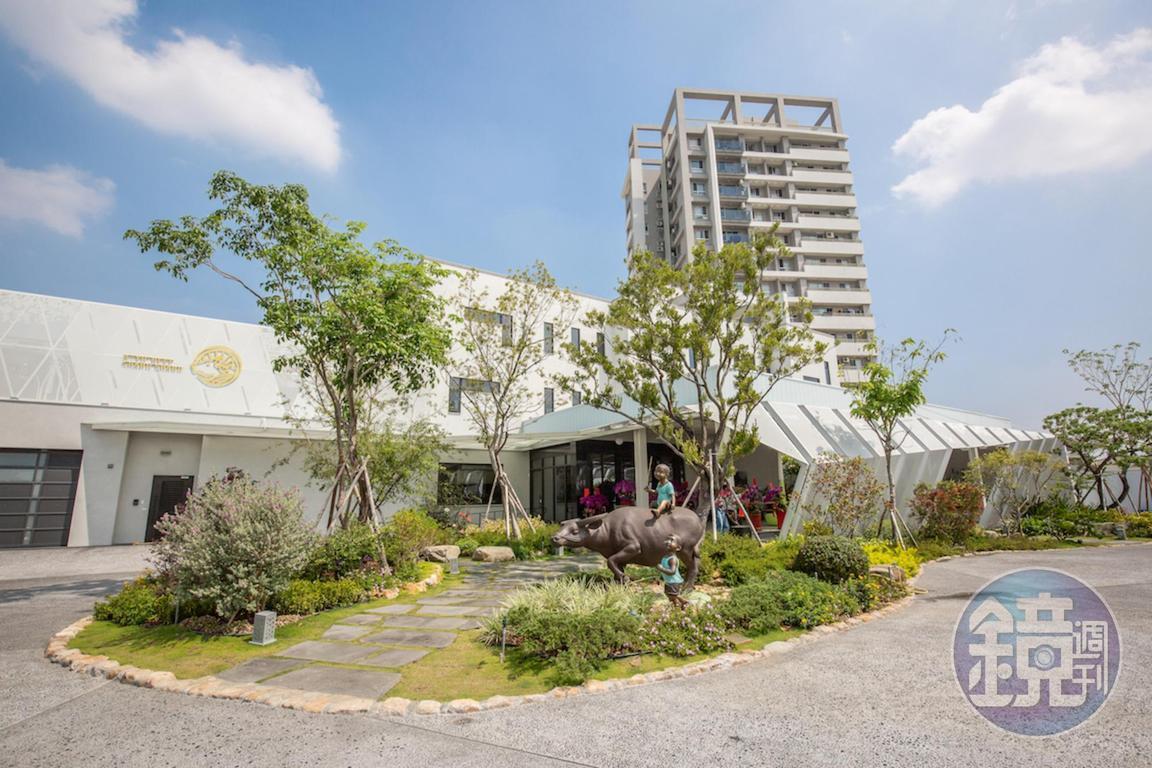 歷時三年建成的「阿裕牛肉」二店,佔地千坪,外觀如美術館。