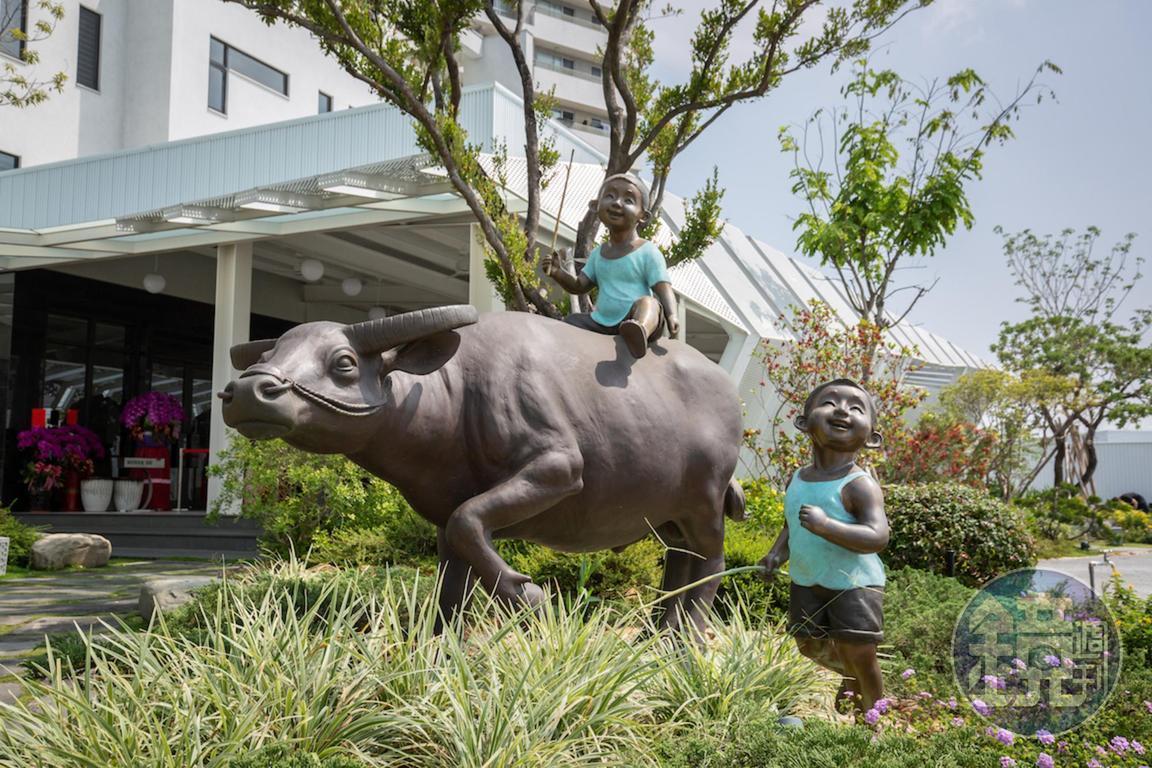 門口為藝術家廖述乾的青銅雕塑作品,古樸有童趣,呼應台灣牛的意象。